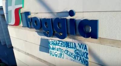 auguri-fan-adriano-celentano-80-anni-striscione-stazione-foggia-Cronaca