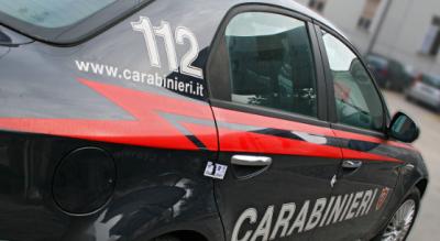 furto-vestiti-con-borsa-schermata-fermate-da-carabinieri-in-parcheggio-Cronaca