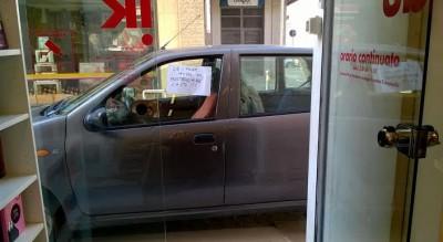 centro-foggia-cartello-su-parcheggio-automobilista-indisciplinato-Cronaca