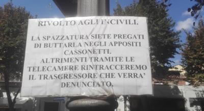foggia-corso-giannone-cartello-incivili-rifiuti-cassonetti-denuncia-Cronaca