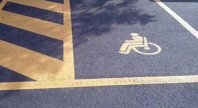 parcheggi-rosa-disabili-denuncia-russo-errori-piazza-san-francesco-Società